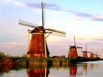Turiștii își doresc să surprindă morile de vânt în orice ipostază