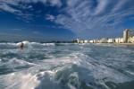 Valurile din Copacabana sunt potrivite pentru aventurieri