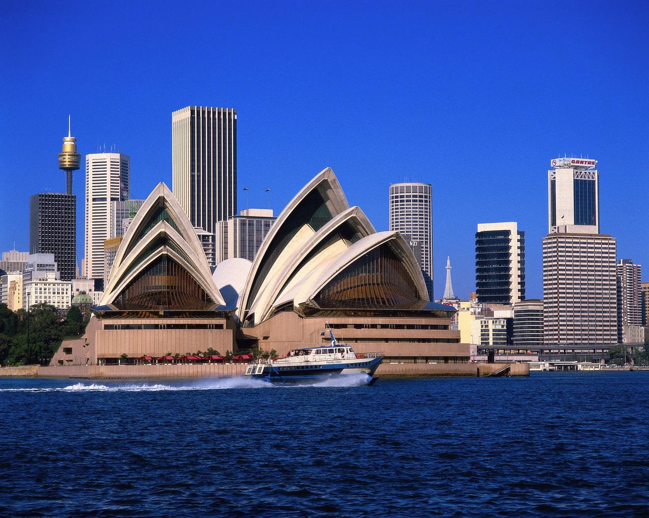 Și plimbările cu yachtul sunt o bună manieră de a admira Casa Operei