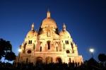 Biserica este frumos iluminată în timpul nopții