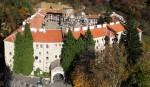 Din exterior, mănăstirea seamnănă mai mult cu o cetate