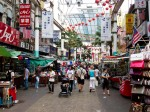 Străzile orașului sunt pline de magazine și buticuri