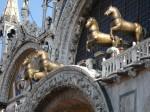 Caii de pe faţada clădirii, un element de atracţie pentru turişti