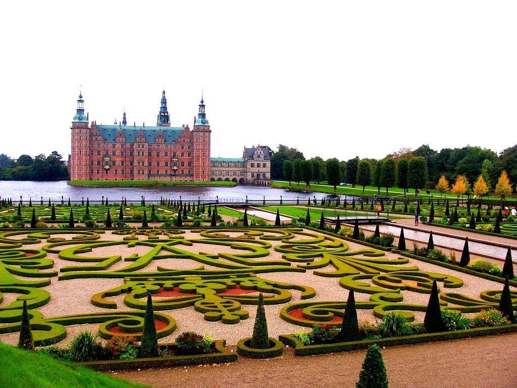 Grădinile din fața edificiului completează perfect acest cadru de vis