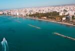 Plimbările cu yachtul oferă o privelişte deosebită a oraşului