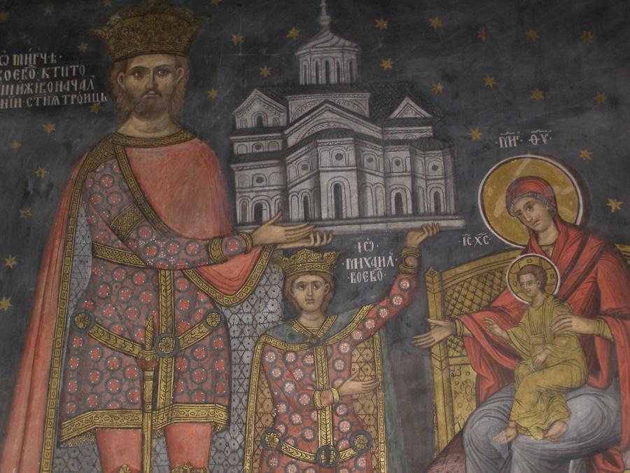 Chiar la intrarea în mănăstire sunt înscrise cele mai importante informaţii legate de Mănăstirea Cozia