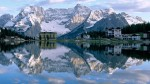 Zăpada de pe crestele munţilor evidenţiază şi mai mult luciul apelor