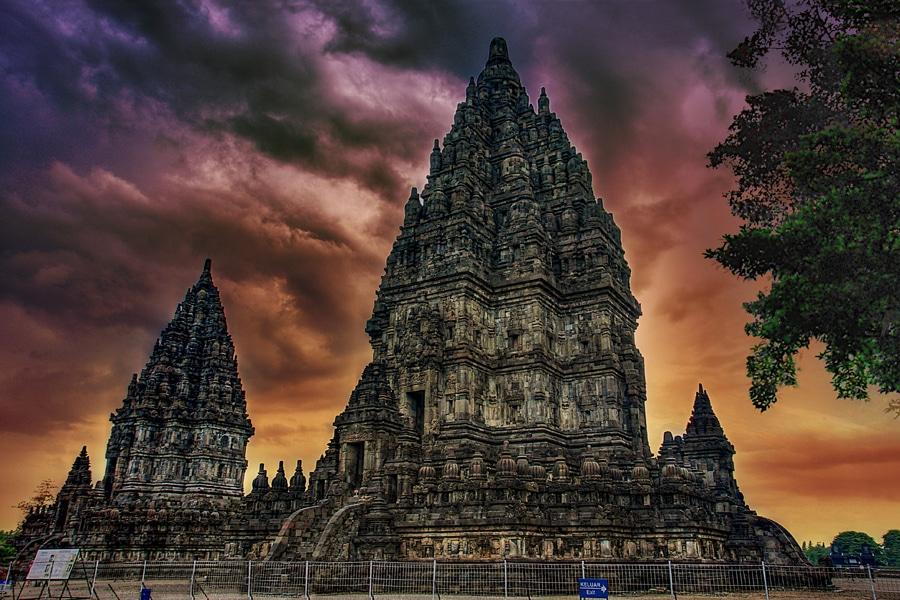 Înălţimea templelor ajunge până la 47 de metri