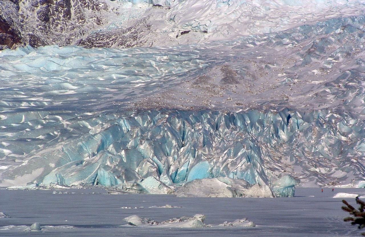 Peşterile de gheaţă sunt motivul pentru care unii turişti vizitează Mendenhall