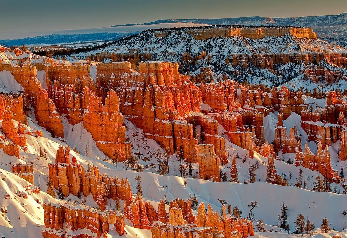 Formaţiunile colorate alcătuiesc arcuri naturale spectaculoase