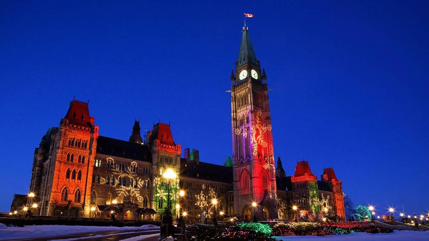 Parlamentul din Ottawa frumos iluminat în timpul Crăciunului