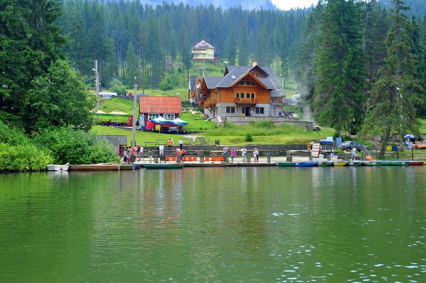 Priveliştea zonei văzută chiar de pe lac