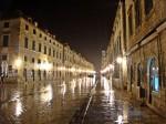 Străzile oraşului într-o seară ploioasă