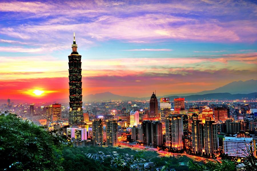 Taipei 101 evidențiat de luminile multicolore